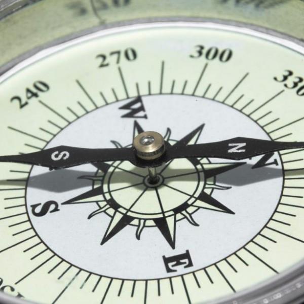 czarna igła kompasu