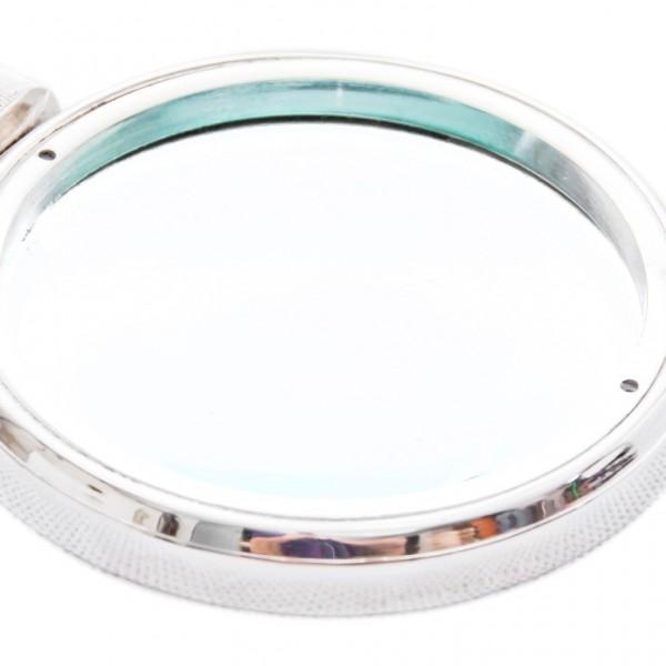 szkło powiększające w metalowej oprawie