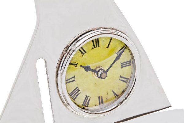 zegar w żaglu łodzi