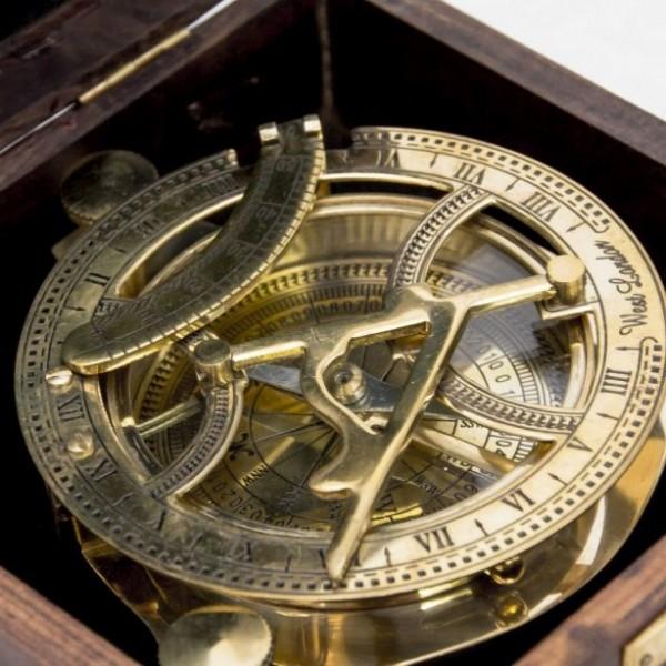 zegar słoneczny w pudełku