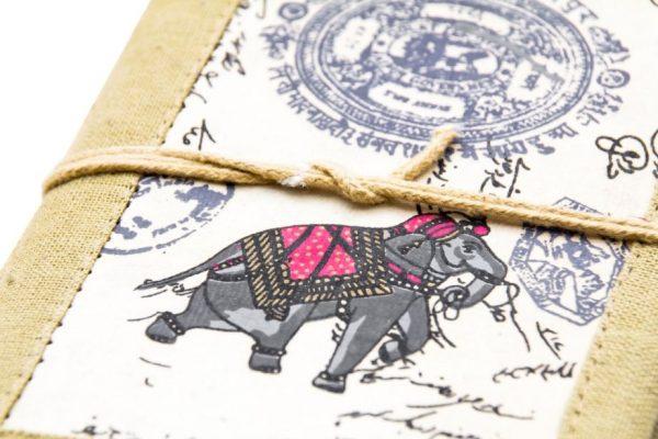 słoń na skórzanej okładce