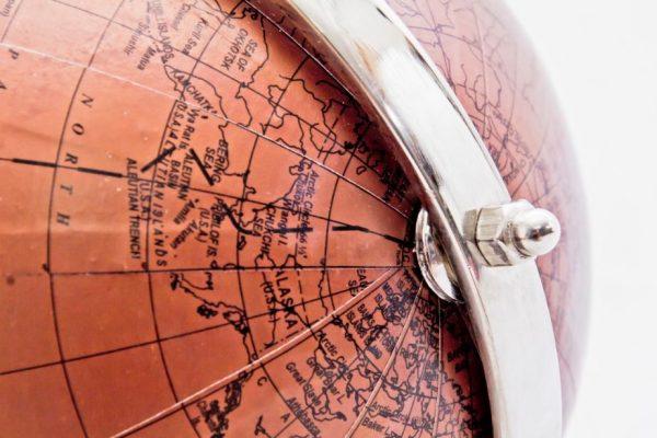 globus z napisami w języku angielskim