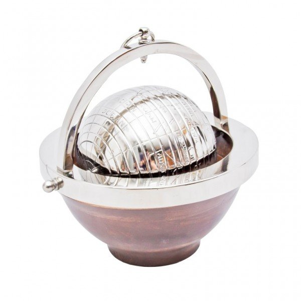 metalowy globus w drewnianej misie