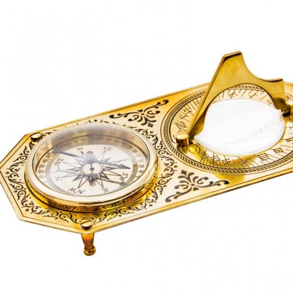 zegar słoneczny, kompas, lupa