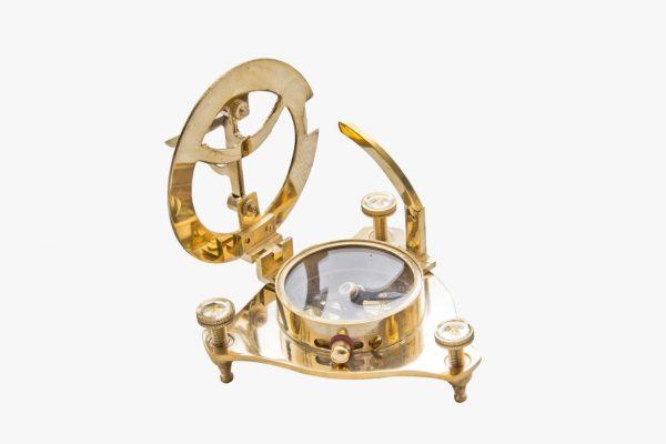 zegar słoneczny koloru złotego