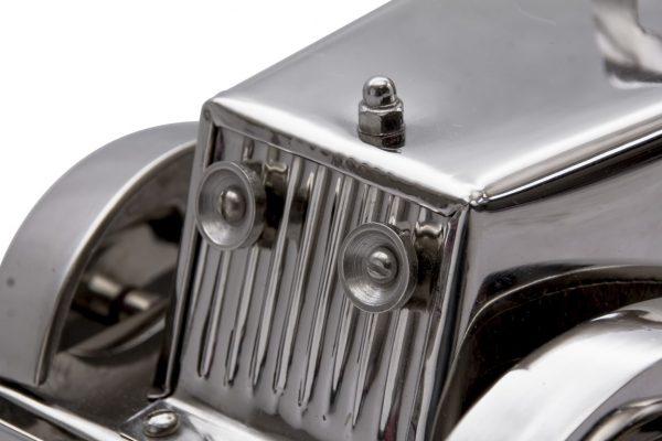 gril oraz lampy modelu samochodu