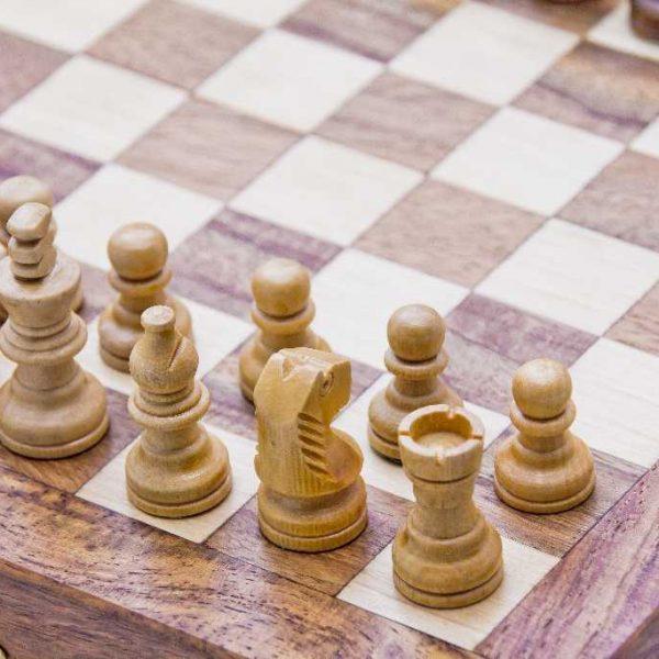 figury szachowe w pudełku