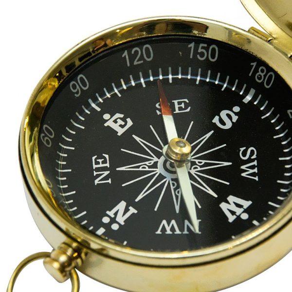 czarna tarcza kompasu z igłą