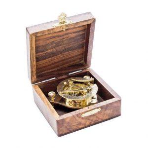 mosieżny zegar słoneczny w pudełku z palisandru