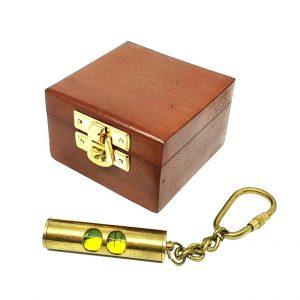 Breloczek mosiężny - mini poziomnica w pudełku drewnianym