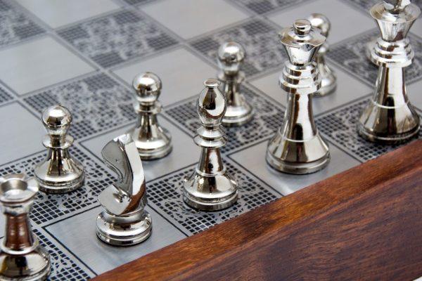 figury szachowe srebrne
