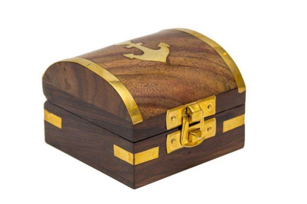 Kufer z kotwica na grzebiecie