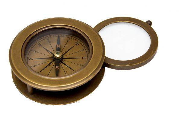 Kompas z obracaną lupą