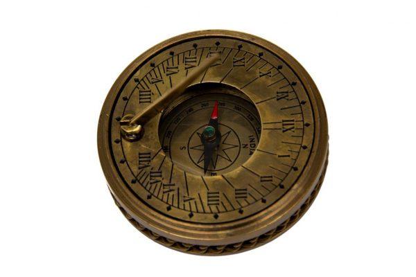 mały kompas za szkiełkiem