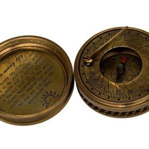 Kompas i zegar słoneczny w mosiężnym pudełku
