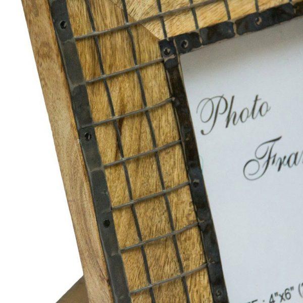 Drewniana ramka na zdjęcie metalową kratką