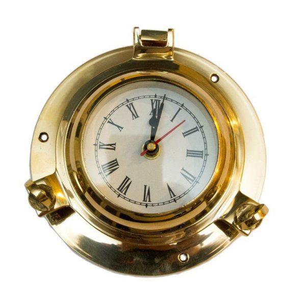 Mosięzny zegar w bulaju okrętowym
