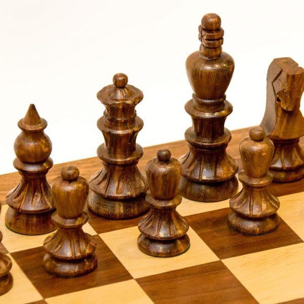 drewniane figury ciemne
