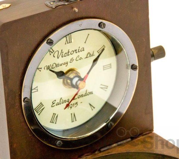 zegar i kompas w drewnianym pudełku
