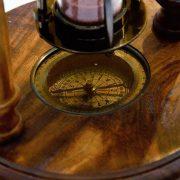 mosiężny kompas w klepsydrze