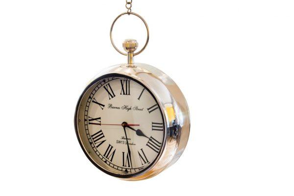 biała tarcza zegara z cyframi rzymskimi