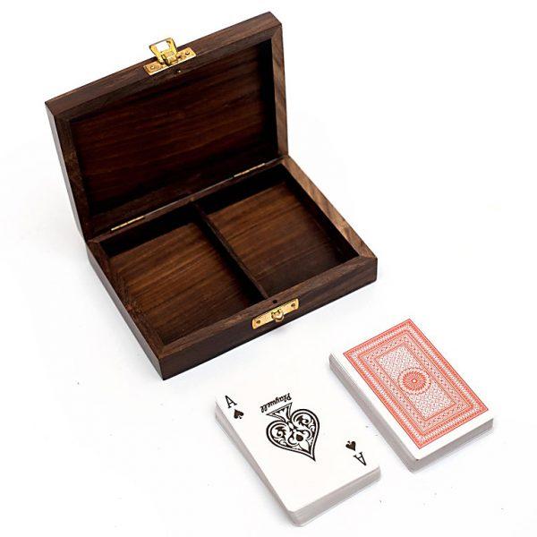 dwie talie kart oddzielone przegrodą