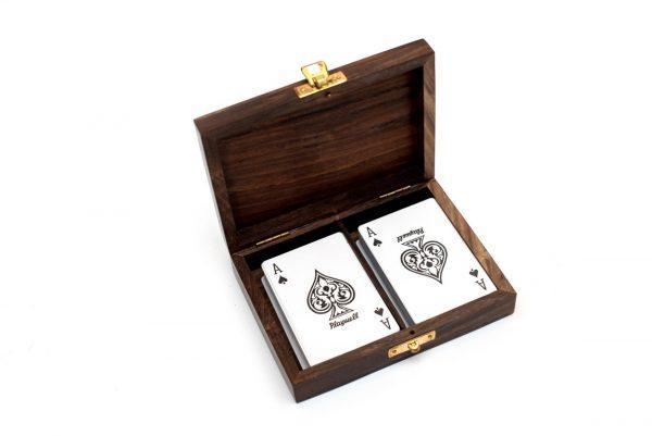 dwie talie kart w pudełku