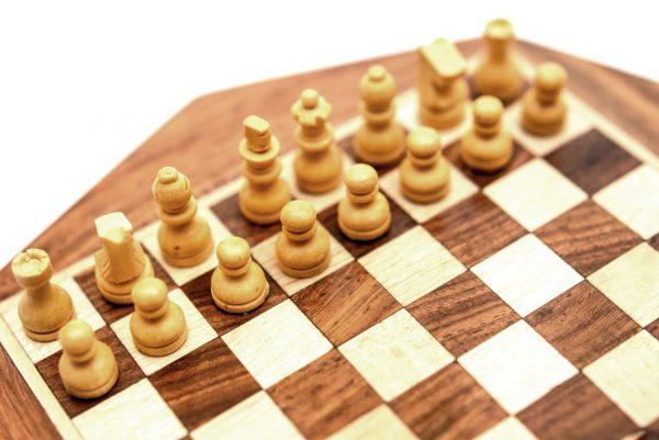 figury szachowe białe, drewniane