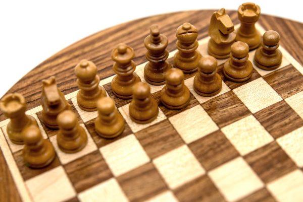 figury szachowe białe plansza okrągła