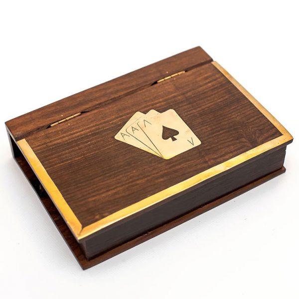 karty w pudełku w kształcie książki