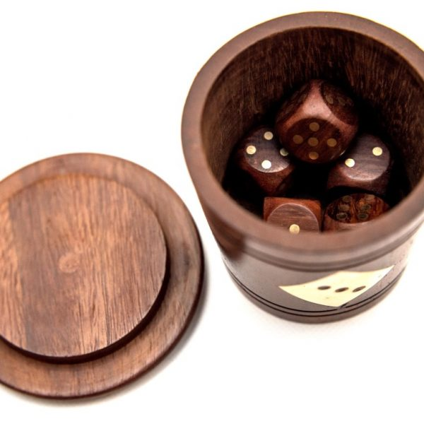 kości w kubku drewnianym
