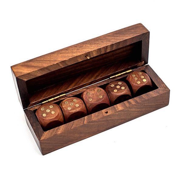 pudełko z kośćmi do gry