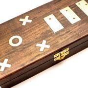 pudełko z mosiężnymi symbolami