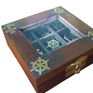 pudełko ze szklanym okienkiem