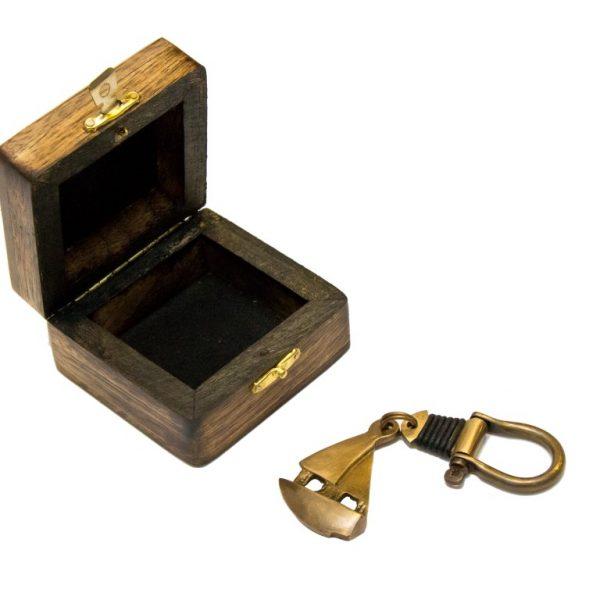 Breloczek mosiężny - łódź z szeklą w pudełku drewnianym