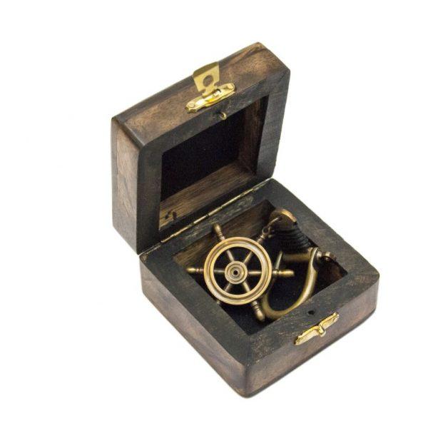 Breloczek mosiężny koło sterowe z szeklą w pudełku drewnianym