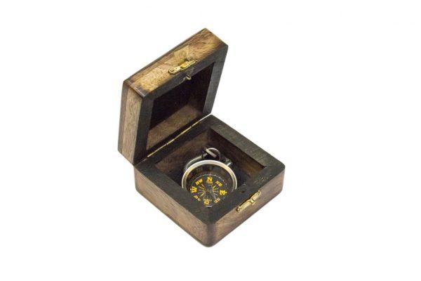 Breloczek mosiężny - kompas na szekli - w pudełku drewnianym