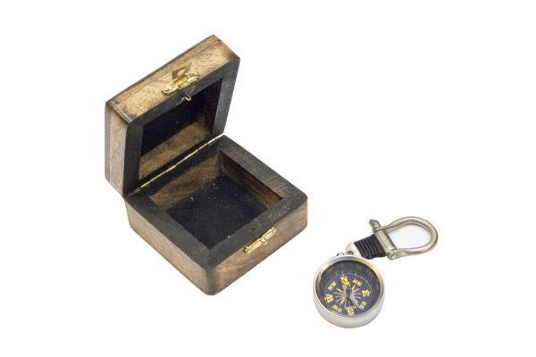 Breloczek mosiężny - kompas na szekli - wykończenie nikiel w pudełku drewnianym
