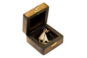 Breloczek mosiężny w pudełku drewnianym