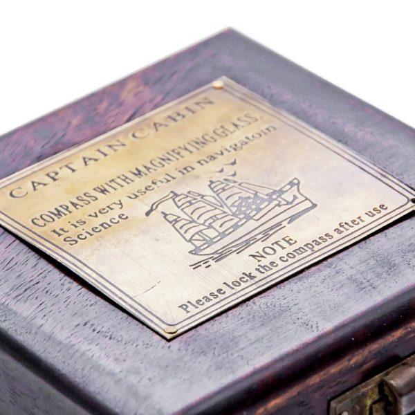 Drewniane pudełko z tabliczką
