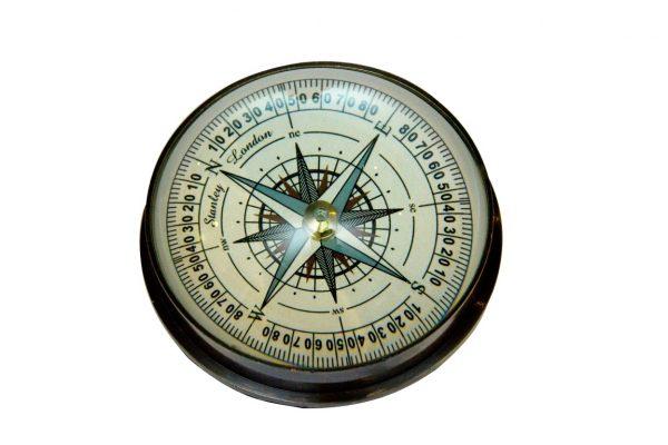 Kompas soczewkowy z błękitną różą wiatrów