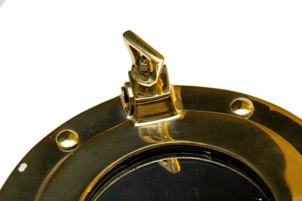 Lustro w bulaju okrętowym mosiężnym- zbliżenie na detal