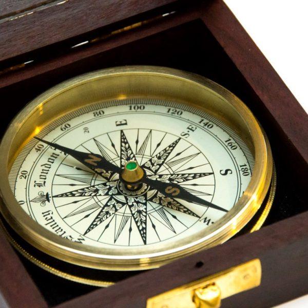 Mosiężny kompas- detale