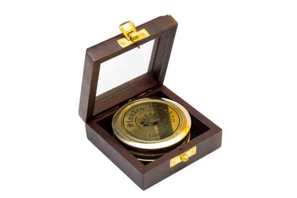 Mosiężny kompas w drewnianym pudełku