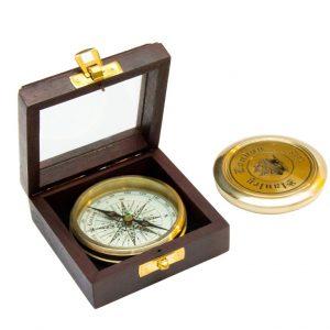 Mosiężny kompas w drewnianym pudełku ze topem szklanym
