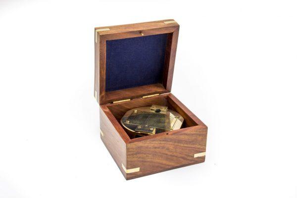 Mosiężny kompas w pudełku