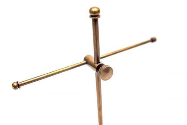 Mosiężny stojak na breloczki - zbliżenie na detale