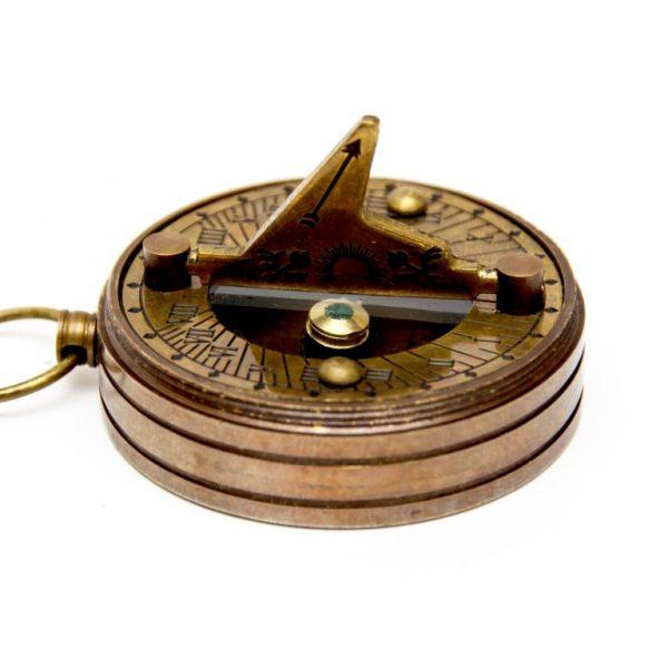 Mosiężny zegar słoneczny z kompasem - zbliżenie