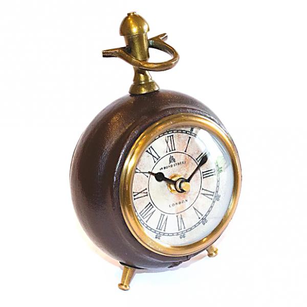Metalowy zegarek stojący obszyty skórą