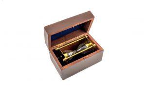 klepsydra w drewnianym pudełku